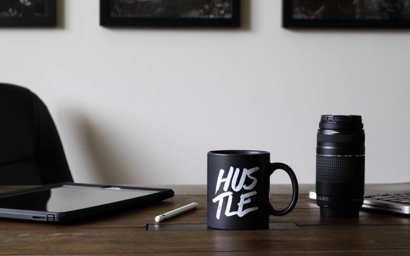 Σε αυτό το επεισόδιο μαθαίνουμε τι είναι τα side hustles, και το πώς να φέρουμε την έξτρα δουλειά αλλά και τα έξτρα εισοδήματα στη ζωή μας αποτελεσματικά.